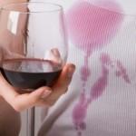 Как вывести пятно от вина с одежды