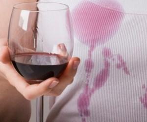 Jak sprać wina z ubrań