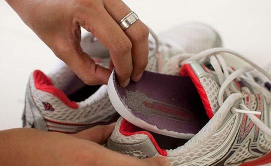 чистить кроссовки