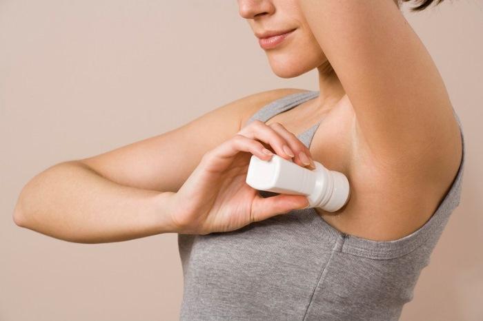 Як відіпрати плями від дезодоранту