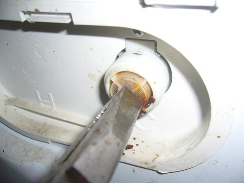 Jak wyczyścić filtr pralki