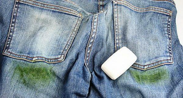 трава на джинсах