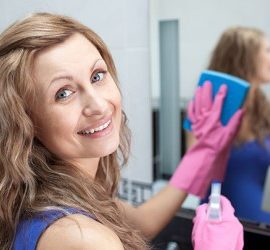 Как почистить зеркало без разводов: подручные средства в помощь