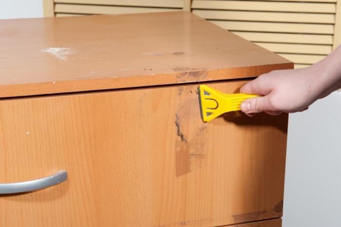 чем удалить скотч с мебели