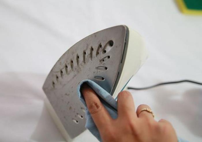 Як почистити керамічну праску в домашніх умовах