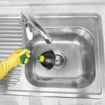 Як прочистити засмічення в раковині на кухні