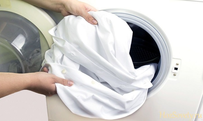 Як видалити плями з білого одягу