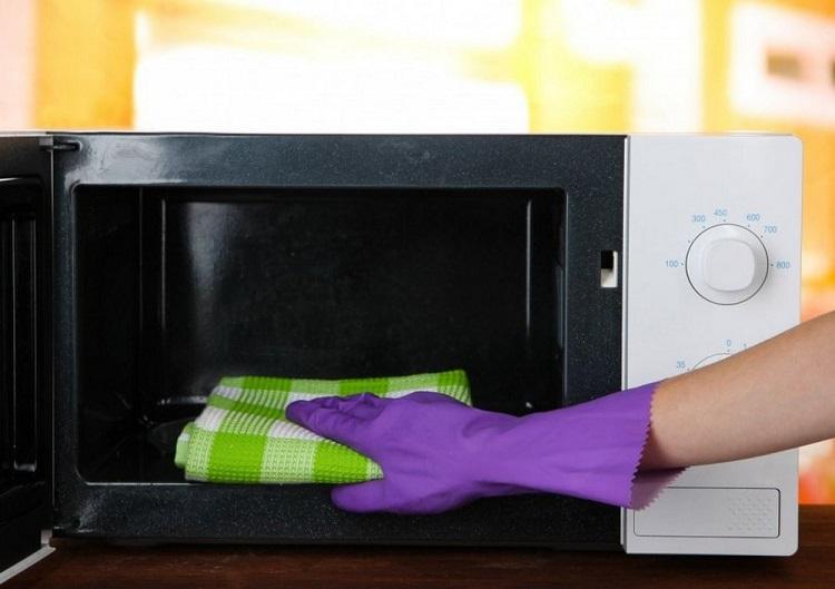 Как отмыть микроволновку от жира внутри