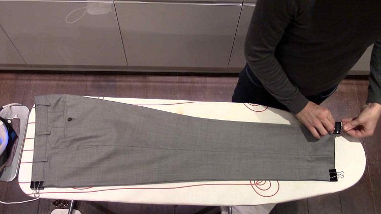 гладить брюки утюгом