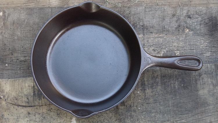 Как очистить чугунную сковороду от многолетнего нагара