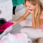 Как вывести полинявшие пятна с белой одежды