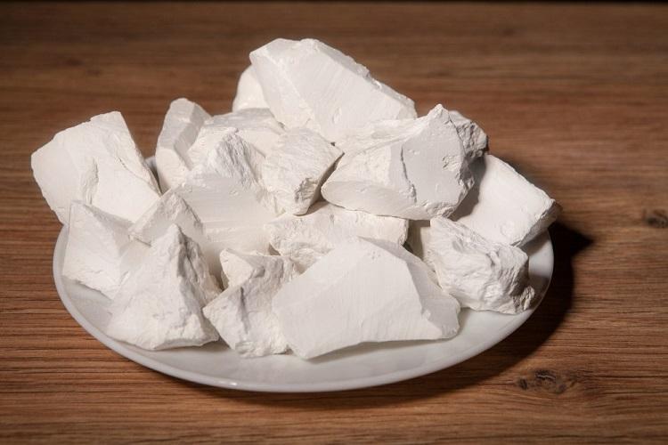 как вывести жирное пятно белой глиной