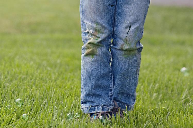 Як відіпрати плями від трави на джинсах