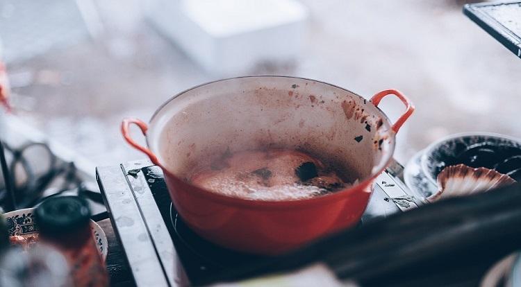 Як позбутися від запаху згорілої каструлі